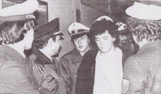 Hinter der Bühne wird der Rockmusiker Lou Reed nach dem abgebrochenen Konzert in der Offenbacher Stadthalle von der Polizei abgeführt. Musikreporter Detlef Kinsler war dabei und schoss das Bild. © Kinsler, Detlef