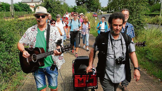 """Zugkräftig: Der """"Rudel-Sing-Sang auf Wanderschaft"""" hat aus dem Stand 100 entspannte Mitläufer gefunden. © Mangold"""