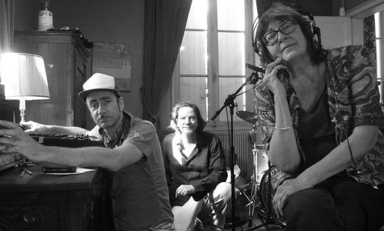 Kreativarbeit: Brezel Göring, Oliver Augst und Françoise Cactus (v.l.) bei den Aufnahmen für das Hörspiel. © p