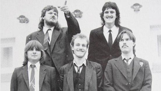 Das Cover der ersten Backroots-Platte von 1987 ziert dieses Foto der Babenhäuser Band. Zu sehen ist die alte Besetzung mit Hansel Billing und Robby Schäfer (hinten von links) sowie Charlie Baier, Rolf Plaueln und Uwe Heinold (vorne von links). © Repro: P.