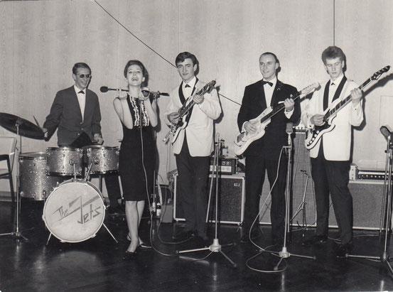 Mike Siebel (dr,voc), Monika (voc), Hanspeter Günster (g,voc), Hans-Jürgen Lilie (g), Peter Scheffner (bs,voc) im Jahre 1964 beim Herbstball der Tanzschule Wernecke im Gesellschaftshaus des Frankfurter Palmengartens.