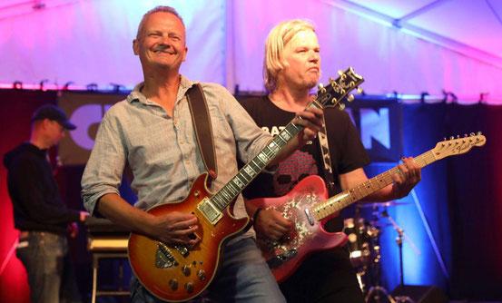 Endlich wieder Livemusik: Gunnar Strohfeldt (links) und Tino Franzke von Ciderman rockten am Freitagabend den Biergarten hinter der Stadthalle. © jost