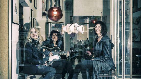 In den 90ern galten sie als laute Hardrock-Frauenband, mittlerweile haben sich (von links) Suse Michel, Conni Maly und Bine Morgenstern der leiseren Unplugged-Musik verschrieben. © To Kuehne