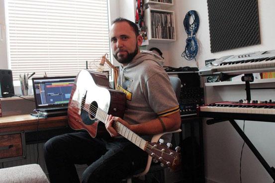 In Nieder-Roden in der Chinamauer wohnt Lukas Hofmeister mit seiner Frau Laura. In der Wohnung hat sich der 34-Jährige ein komplettes Musikstudio eingerichtet. © WEIL