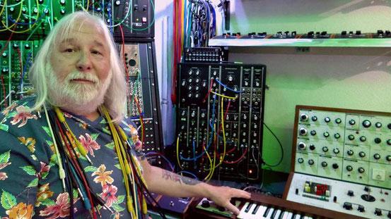 """Klangkünstler am Arbeitsplatz: In seinem Studio in Hainhausen produzierte Bernd-Michael Land die CD """"Die Mondlandung"""". Das Gerät im braunen Gehäuse rechts ist ein EMS VCS-3, das erste tragbare Synthesizer-Modell der Welt. © Foto: p"""