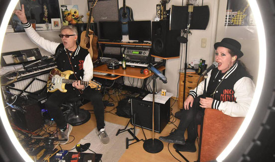 """Sicherheitsabstand auch im """"Studio"""": Die empfohlene Distanz von eineinhalb Metern haben Tom Jet und Sängerin Inka Nuwanda vorher mit dem Zollstock ausgemessen. © rochnow"""