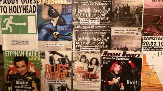 Ein umfangreiches und anspruchsvolles Programm im Wiener Hof (hier die Hofwand mit alten Plakaten) ist nicht nur mit Eintritt zu finanzieren.  © Kirstein