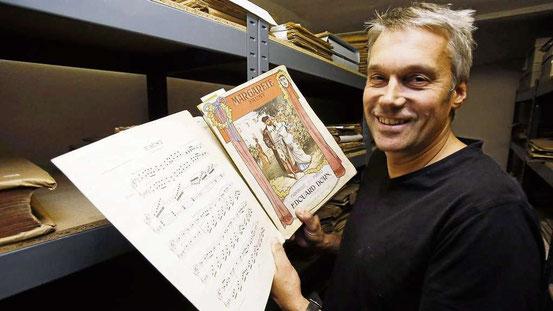 Inhaber Hans-Jörg André in der Schatzkammer seines 241 Jahre alten Musikhauses, dem Archiv. © Georg