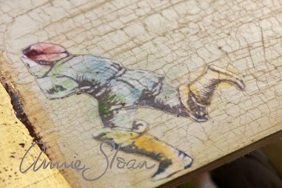 Auf dem Foto sieht man die Decoupage Lack Technik von Annie Sloan. Auf dem aufgebrachten Bild wirde anschliessend die Craqueleur Technik angewandt.