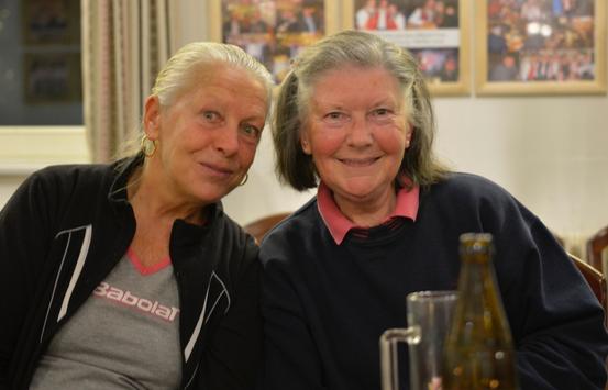 Gitta & Christine beim 'Alten Pflug' in Wien-Altmannsdorf am 10.11.2013 (Foto: Joe Malina)