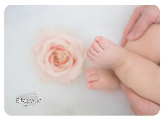 Baby in der Badewanne mit Blumen im Milchbad, babyfoto, babyshooting zwickau, fotograf