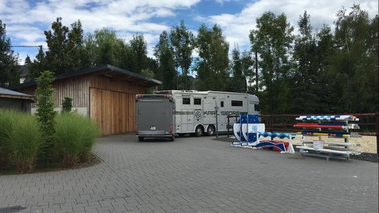 Jo im Juli 2016, mit 6 Pferden zum 3. Mal auf dem Weg nach England zu Chris Bartle. Diesmal hat sie 4 ihrer Jungpferde im Gepäck!