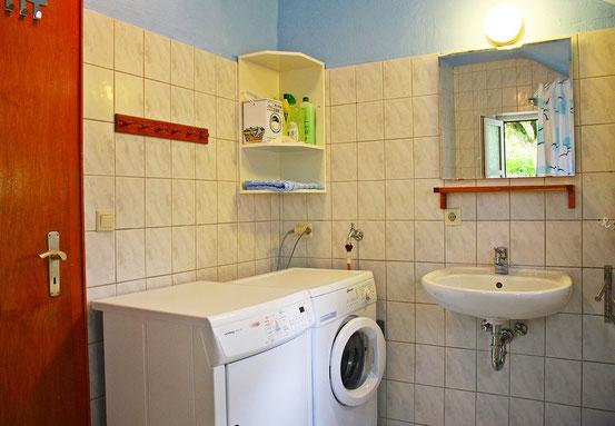 Das Badezimmer mit Fußbodenerwärmung, Trockner und ...