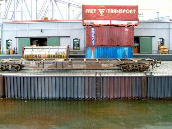 (Foto: Georg Brückner)  Containertragwagen von Modell Rail . Die Aufnahmen enstanden auf der hervorragend gestalteten Anlage von Herrn Blumerski auf dem ArGe Spur 0 Treffen 2012 in Mögglingen.