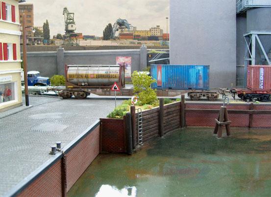 (Foto: Georg Brückner)  HUPAC Containertragwagen von Modell Rail .  ArGe Spur 0 Treffen in Mögglingen 2012