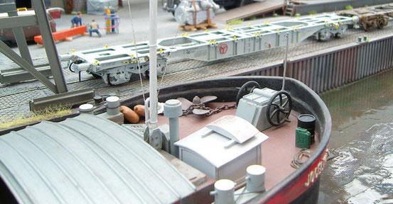 (Foto: Georg Brückner)  Containertragwagen der SNCB von Prado .  ArGe Spur 0 Treffen  2012 in Mögglingen. Der Hintergrund wurde mit Photoshop hinzugefügt.