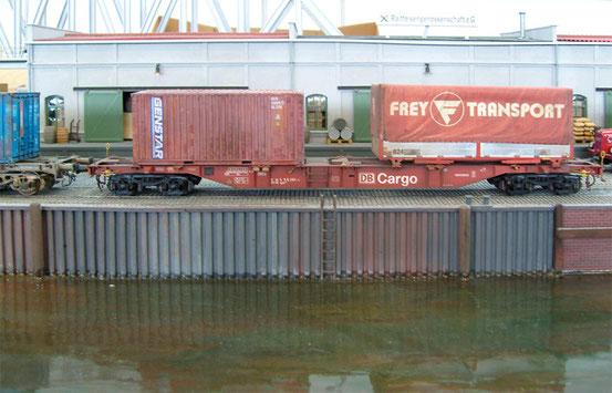 (Foto: Georg Brückner)  Containertragwagen der DB Cargo von Modell Rail .  ArGe Spur 0 Treffen 2012 in Mögglingen. Der Hintergrund wurde mit Photoshop hinzugefügt.