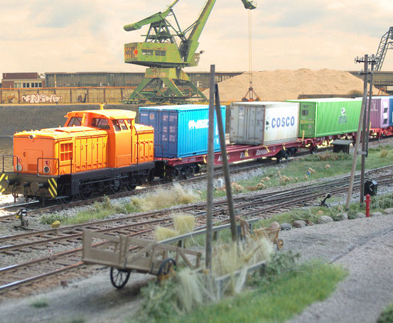( Foto: Georg Brückner) Containerwagen auf der Anlage von Herrn Ziegler auf dem Spur 0 ArGe-Treffen 2011 in Wismar. Der Hintergrund wurde mit Photoshop ergänzt.