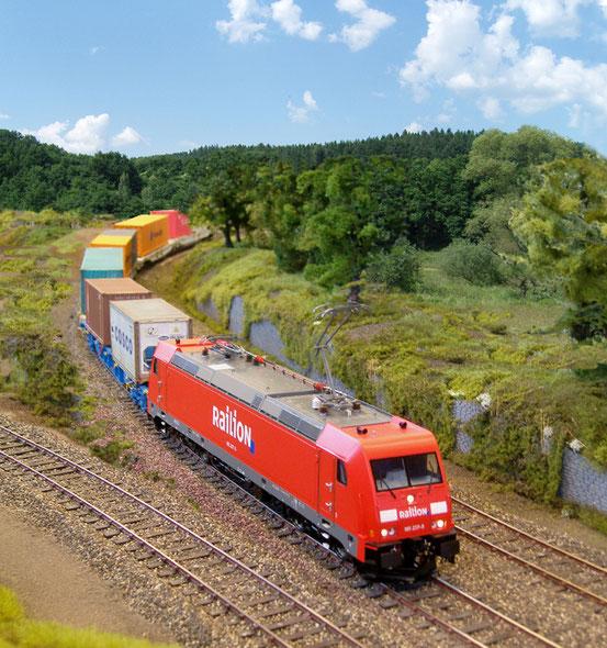 (Foto: Georg Brückner)  ContainerZug  mit Traxx der DB AG.  ArGe Spur 0 Treffen 2016 in Haltern. Der Hintergrund wurde mit Photoshop hinzugefügt.