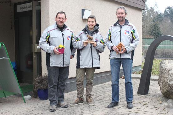 Präsident Andi Dürr mit den erfolgreichen Siegern Jonas Eichenberger (2.) und Martin Egli (3.). Sieger Hans-Ruedi Müller ist bereits abwesend.