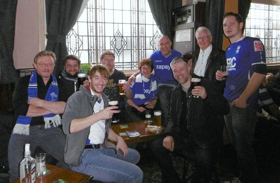 Neun Personen in einem Pub