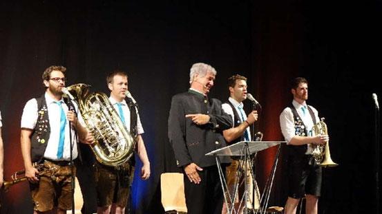 Zum Schluss des Abends singt auch ein Horst Seehofer: Wolfgang Krebs und die Bayerischen Löwen . © Jais