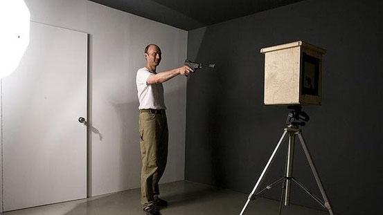 Thomas Bachler disparando a la cámara estenopeica para realizar una fotografía o «photoshoot»