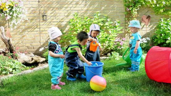 Die Kinder beim Blumen gießen