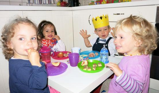 Die Kinder beim Frühstück