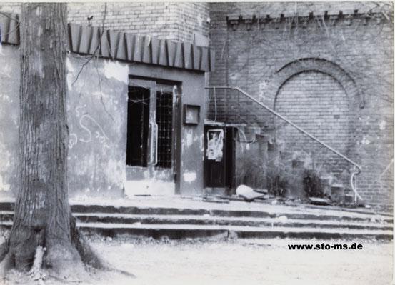 Eingang ,Neuer Krug', später ,Jovel' vor dem Abriss 1987  - Archiv Steffi Stephan