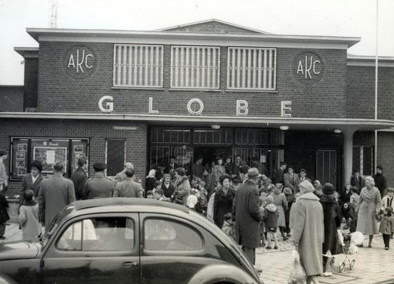 Vor dem Globe-Kino - Foto Carmen Preston