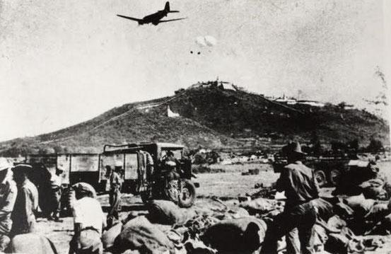 Dakota drops supplies to troops fighting at Mandalay, Burma. Luftabwurf über Mandalay/Burma