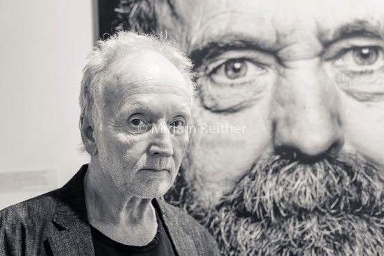 Tobin Bell vor einem Foto von Manfred Baumann