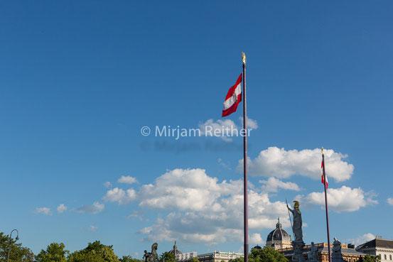 Fahnen vor dem Parlament in Wien