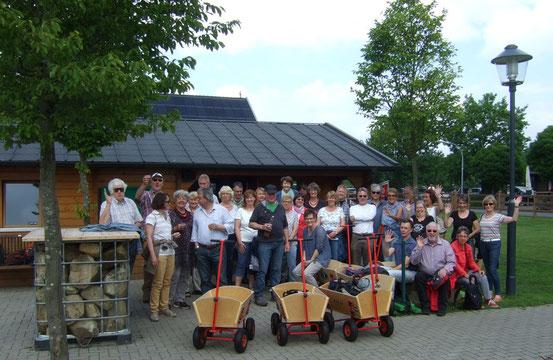 Die Chormitglieder und ihre Partner starten zum Swin-Golf - Foto: HPD
