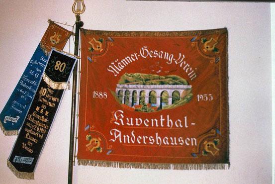 Das alte Brückenmotiv ziert die Fahne des Männergesangvereins.