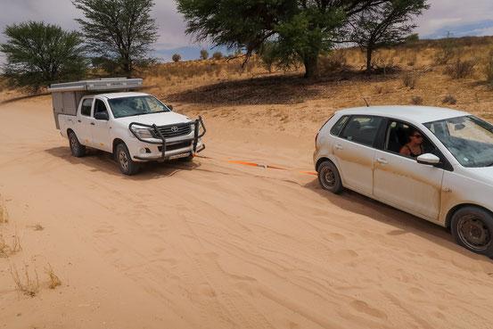 Heinz bei der Arbeit, ein Auto nach dem anderen aus dem Sand ziehen
