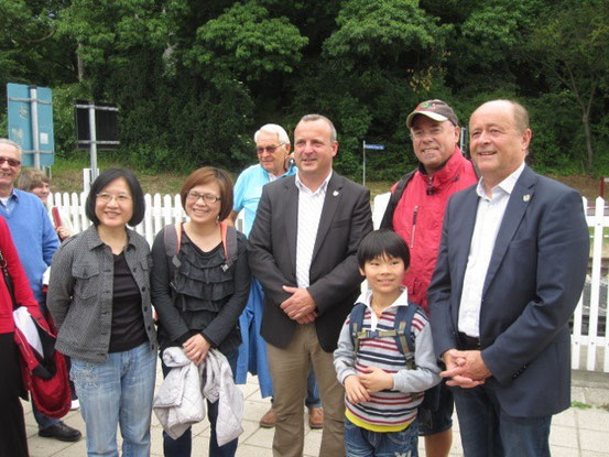 "Bürgermeister Semrau (ganz rechts) und Stadtpräsident Krauleidis (dritter von rechts) bei der Begrüßung der ""Bambusblätter"""