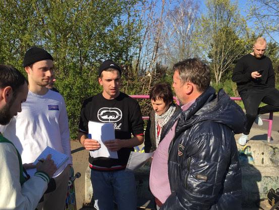 Tilmann Gohr und Ernez Sadria erklären Bürgermeister Matthias Günther (rechts) die Mängel der alten Skaterbahn. Foto: Alpha-Report