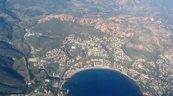 Vue aérienne de la rivière se jetant dans la méditerranée