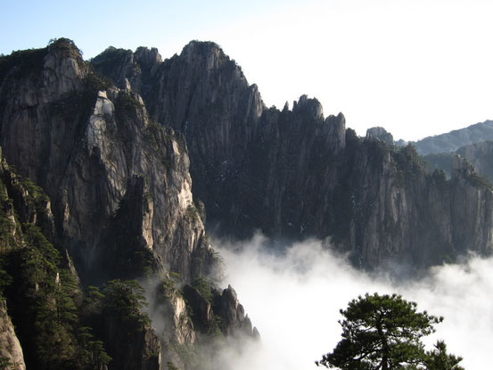 黄山は「黄山を登らずして山を語るなかれ!」と言われるほどの名山で、水墨画にもよく描かれています。