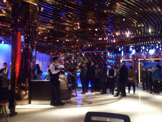 順番を待つお客でいっぱいのロビー。画像ではわかりませんが広~いロビーに少なくとも100人はいます。