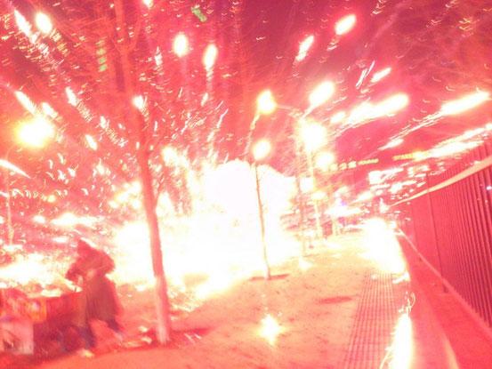 毎回掲載しますが、2年前の徐夕(大晦日)の店の前での光景です。まさにバクダン並みの爆竹です。
