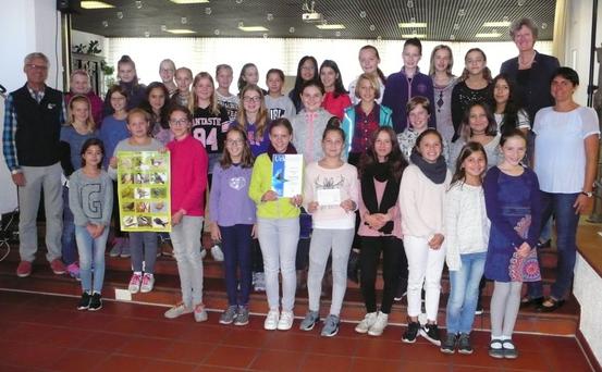 Schülerinnen der Mädchenrealschule St. Ursula mit dem 1. Vorsitzenden der LBV-Kreisgruppe Augsburg, Dr. Martin Trapp (links außen) sowie der Schulleiterin Fr. Doris Mayer (hinten rechts) und der Fachlehrerin Fr. Sonja Dorn (vorne rechts)