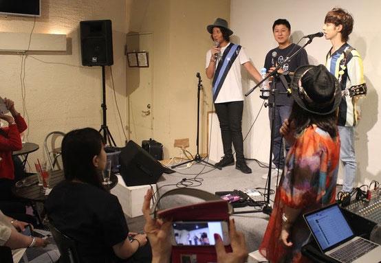 講演も交えた明るいライブが展開される「花蝶風月」