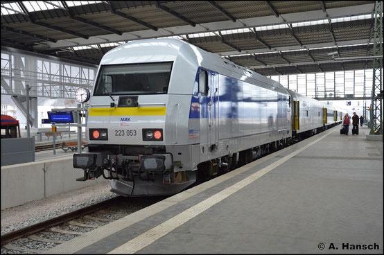 Am 11. März 2016 ist 223 053-0 gerade erst ein paar Tage am RE6 zwischen Leipzig und Chemnitz für die MRB im Einsatz. In Chemnitz Hbf. wartet besagter Zug auf Ausfahrt