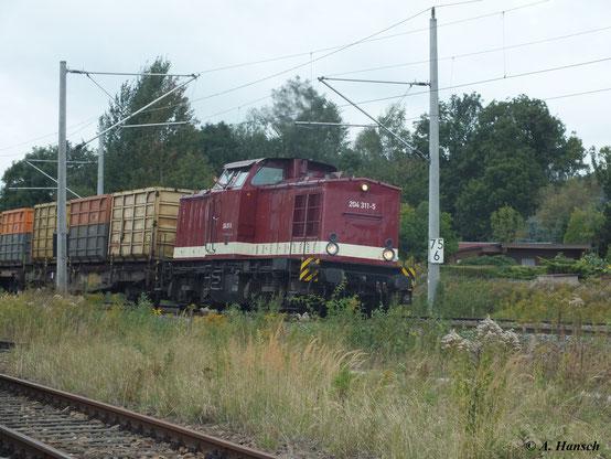 Eine schöne Überraschung. Bei meinem Besuch im SEM Chemnitz am 15. September 2012 kommt 202 311-7 (204 311-5 der Muldental-Eisenbahnverkehrsgesellschaft mbH) mit einem Güterzug vorbei. Freundlich grüßt der Lokführer ins Bw hinein