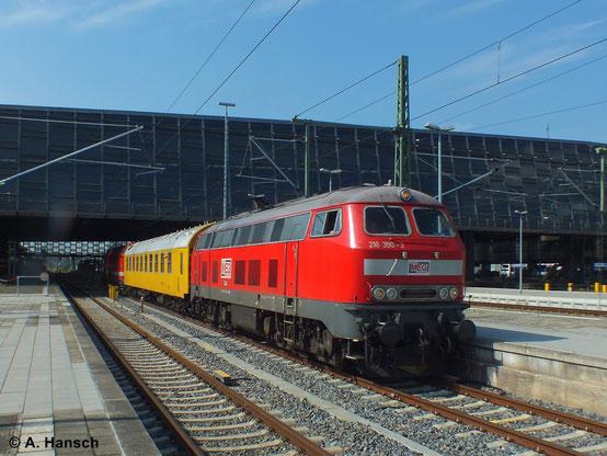 Inzwischen gehört die Lok der MEG und ist als MEG 304 eingereiht. Am 17. Juli 2014 durchfährt sie mit Messzug und 229 120-1 (MEG 301) am Zugschluss in hohem Tempo Chemnitz Hbf.