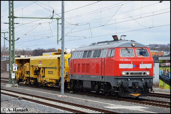 218 399-4 gehört der Elba Logistik GmbH. Ihre Vergangenheit bei der DB kann man jedoch noch deutlich sehen. Am 3. April 2015 fährt die Maschine mit Gleisstopfgerät durch Chemnitz Hbf.