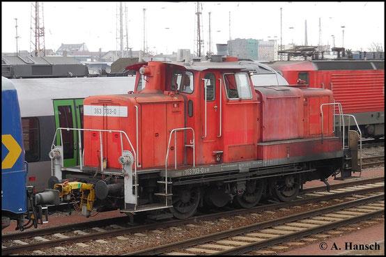 Am 15. März 2015 rangiert 363 703-0 im Vorfeld von Halle Hbf. ein paar Loks zusammen